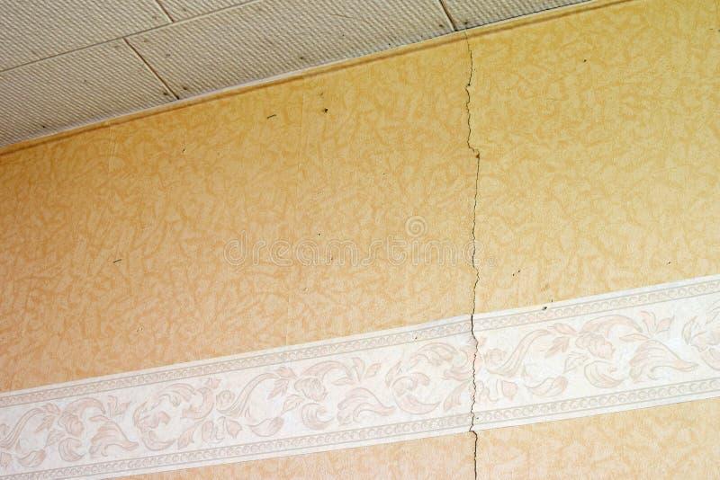 Mur fissuré avec papier peint image stock