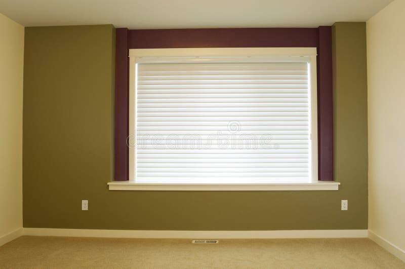 Mur fraîchement peint d'accent dans la maison photo stock