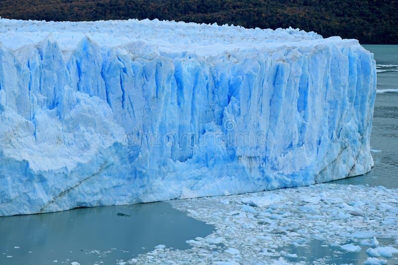 Mur Glace-bleu énorme étonnant de couleur de Perito Moreno Glacier en parc national de visibilité directe Glaciares, EL Calafate, photographie stock libre de droits