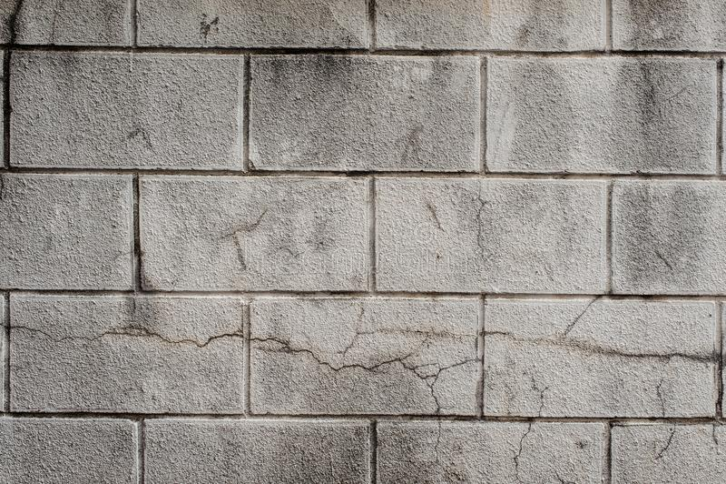 Mur gris extérieur de bloc de cendre avec des lignes de béton photographie stock