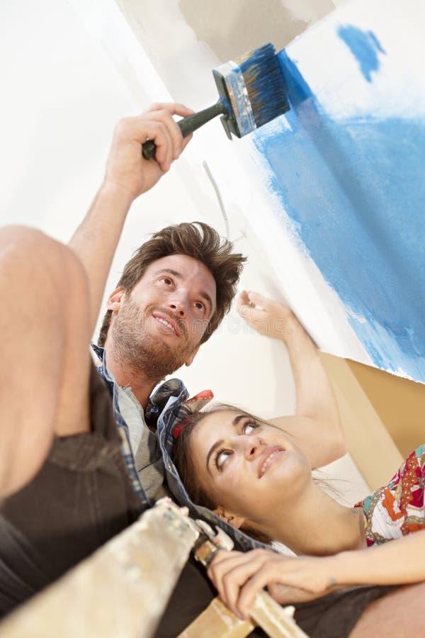 Mur heureux de peinture de couples images stock
