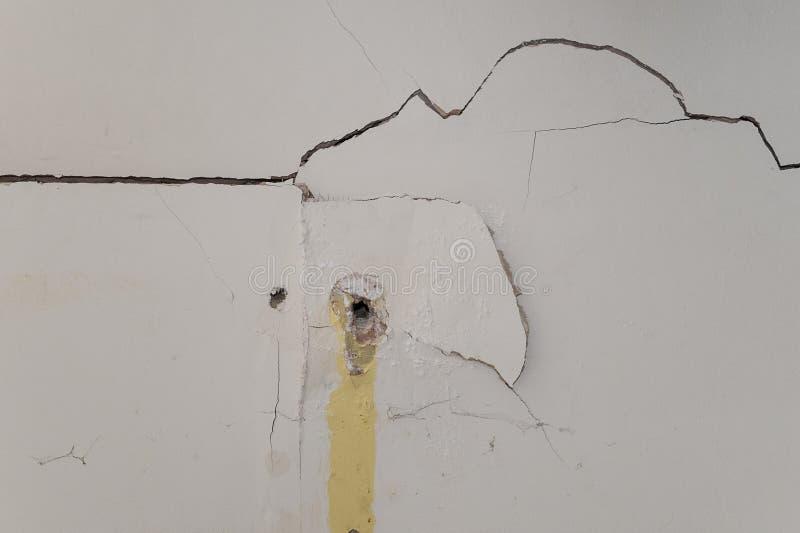 Mur intérieur gravement endommagé de plaque de plâtre photos stock