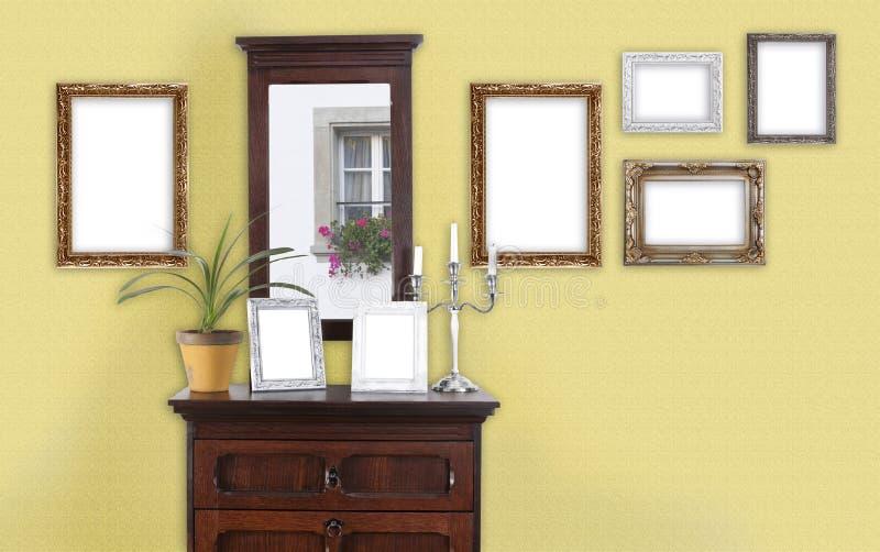 Mur jaune avec le cadre de tableau image stock