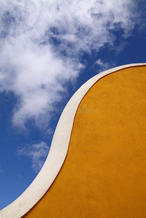 Mur jaune incurvé par Lisbonne du Portugal photo stock