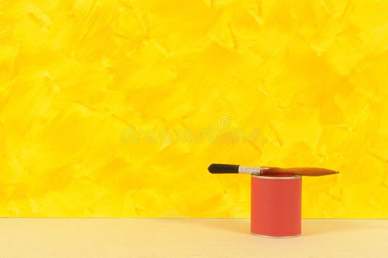 Mur Jaune Peint Avec L étain Rouge De Peinture Image Stock