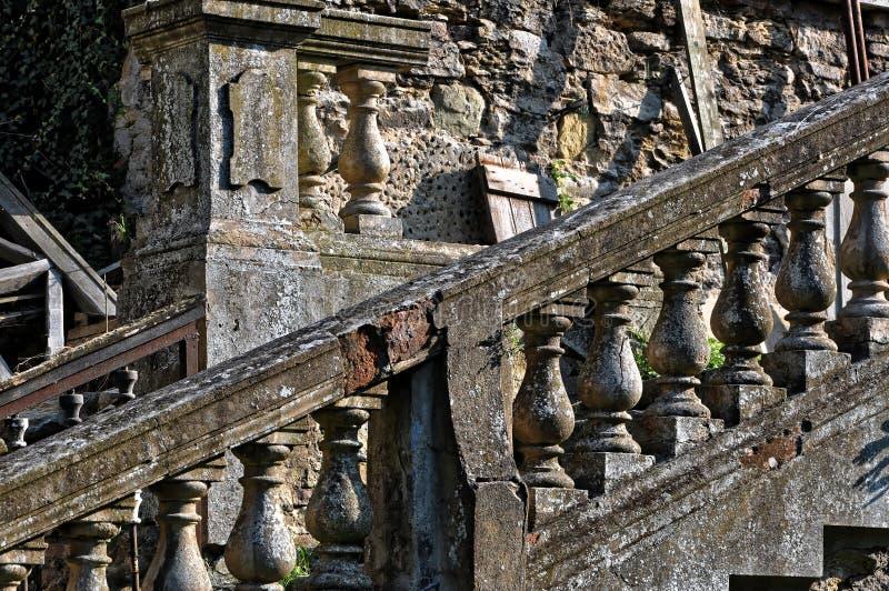 Mur latéral endommagé dans l'escalier photos stock