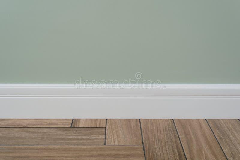 Mur mat vert clair, plinthe blanche photographie stock libre de droits