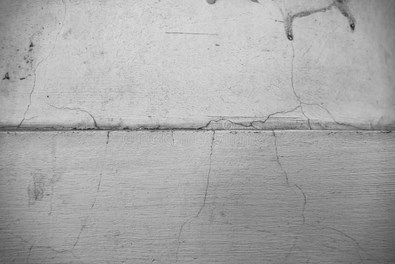 Mur monochrome dans les fissures images stock