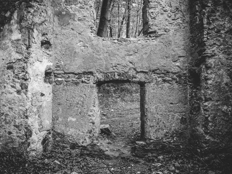 Mur noir et blanc avec les fenêtres, ruines d'une vieille maison images libres de droits