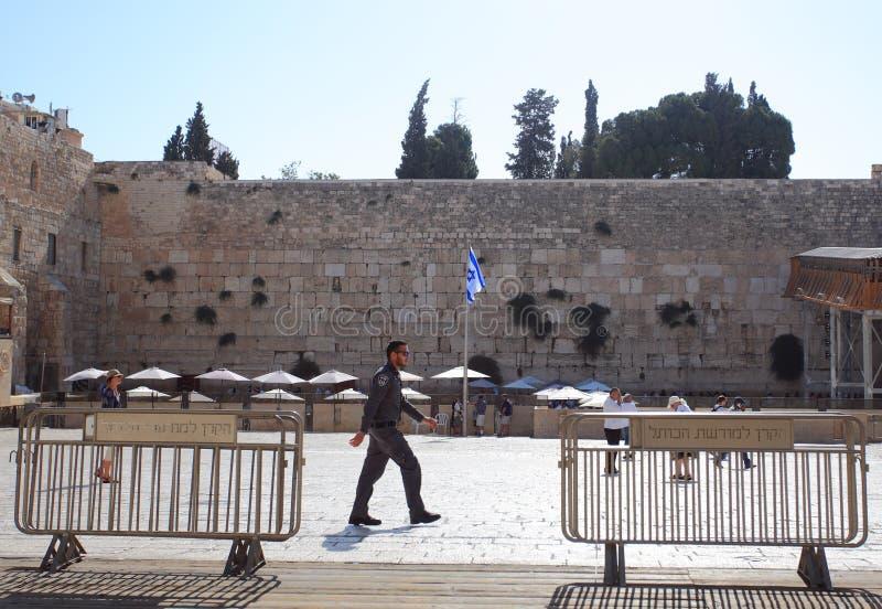 Mur occidental avec le soldat israélien et le drapeau image libre de droits