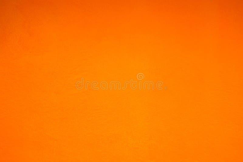 Mur orange grunge de plâtre avec des calomnies image stock