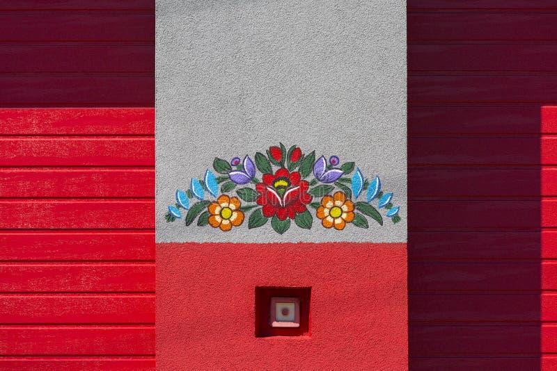Mur peint du bâtiment des sapeurs-pompiers décoré de l'motifs floraux colorés peints à la main, art populaire, Zalipie, Pologne photographie stock libre de droits