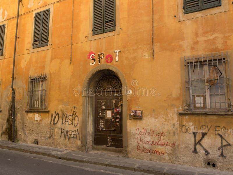 Mur peint ocre délabré, écrans de fil et abat-jour de fenêtre fermés photo libre de droits