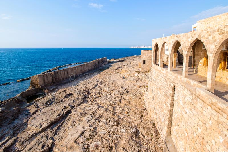 Mur phénicien antique dans Batroun, Liban images stock