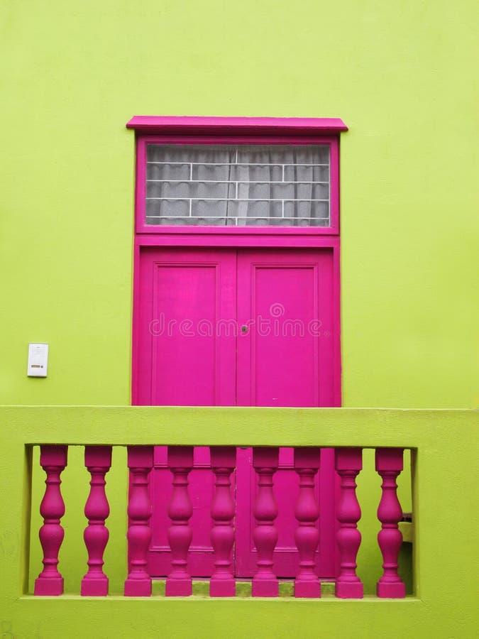 mur Porte au balcon Couleurs lumineuses Rose-foncé et vert jaunâtre photos libres de droits