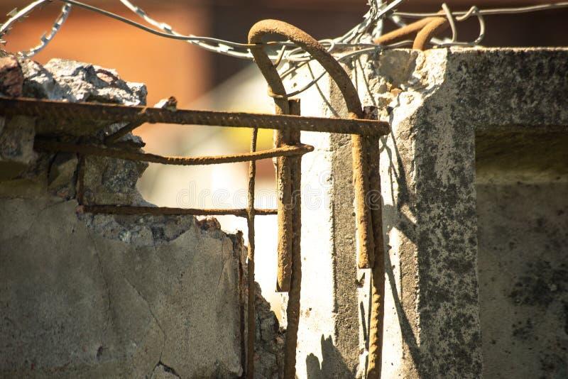 Mur renforcé endommagé avec le barbelé photos libres de droits