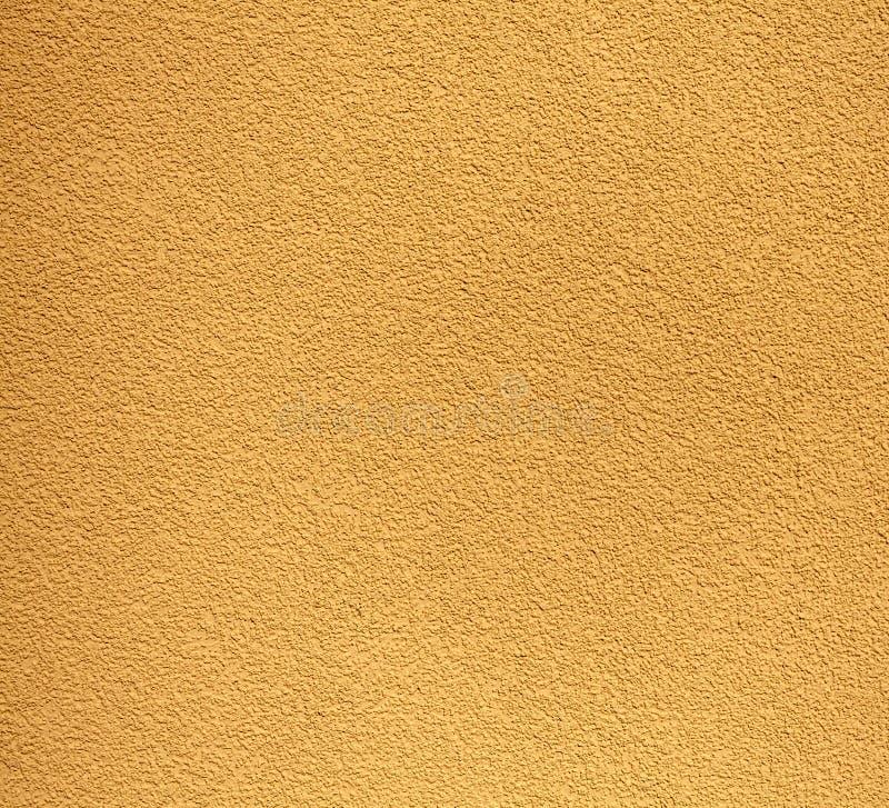 Mur rocailleux jaune, texture ou fond de plâtre images libres de droits