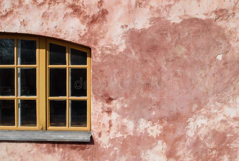 Mur rose de plâtre et de fenêtre en bois photos stock