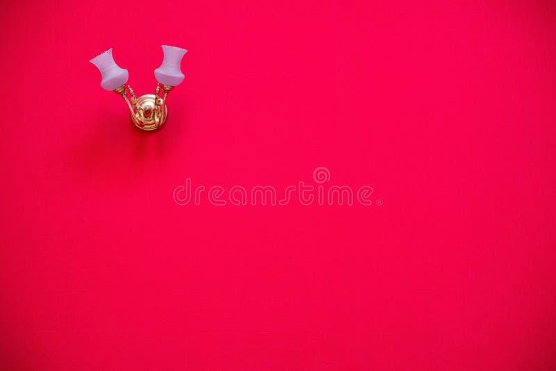 Mur rouge de tissu avec la lampe photographie stock libre de droits