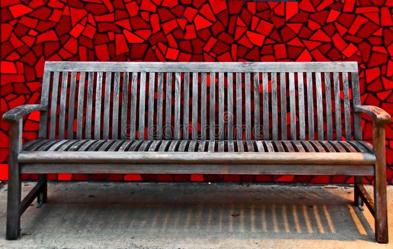 mur rouge de tuile de banc en bois photo libre de droits