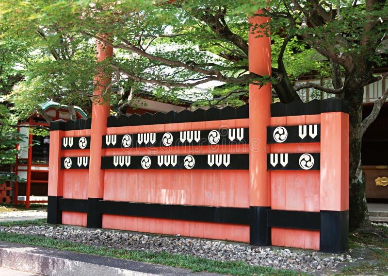 Mur rouge et noir d'architecture décorative japonaise avec le fond de deux colonnes image libre de droits
