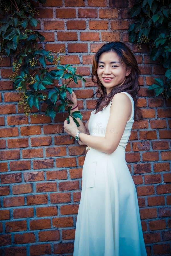 Mur rouge, vigne verte, fille photographie stock libre de droits