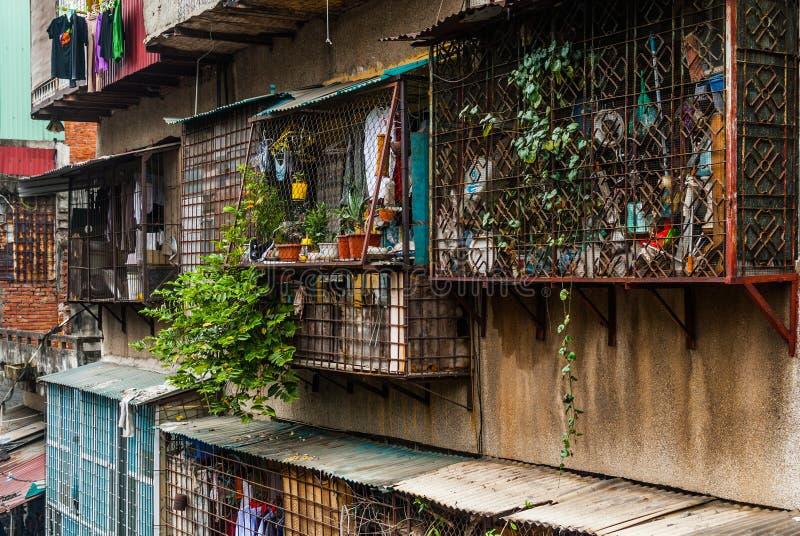 Mur rugueux avec les balcons et le fond de fenêtres image libre de droits