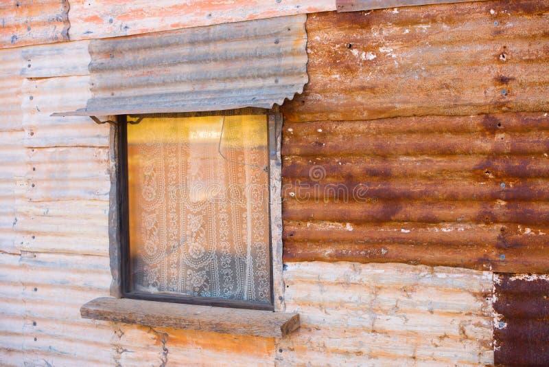 Download Mur Rustique Ondulé De Maison De Fer Avec La Fenêtre Image Stock    Image Du