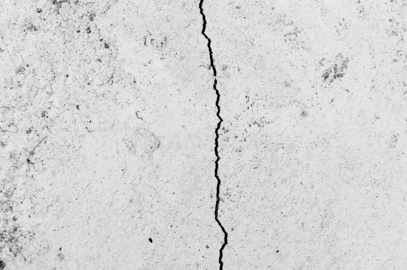 Mur sale avec la grande texture de plancher de ciment de fente photo libre de droits