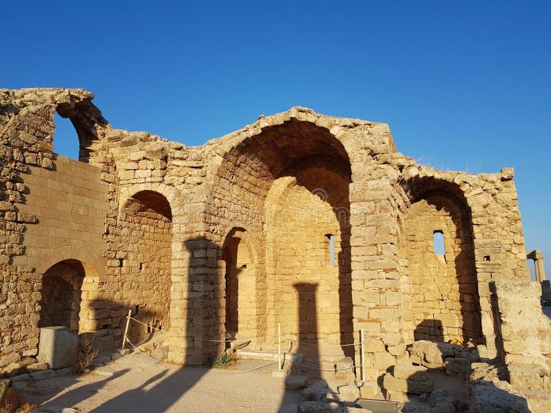 Mur sale merveilleux de vieil immeuble de brique de ruines contre le ciel bleu sans nuages le jour ensoleillé photo libre de droits