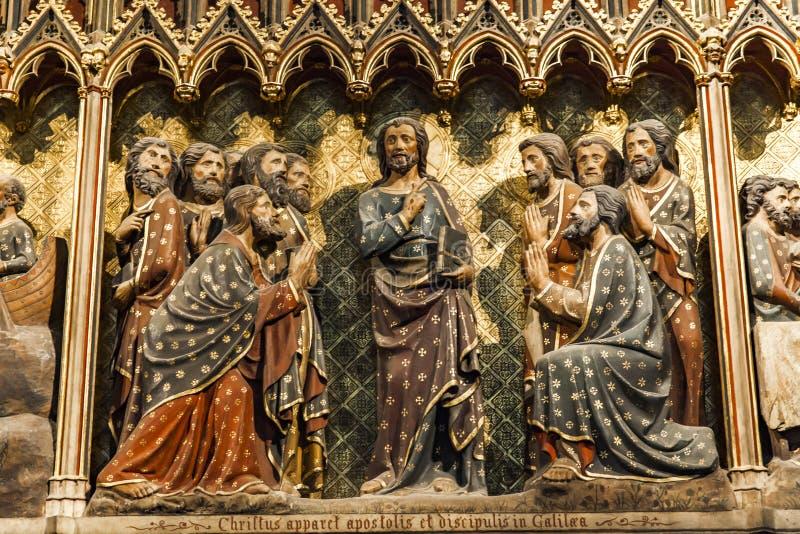 Mur sculpté avec apparence aux apôtres et disciples en Galilée à la Cathédrale Notre-Dame de Paris, France image libre de droits