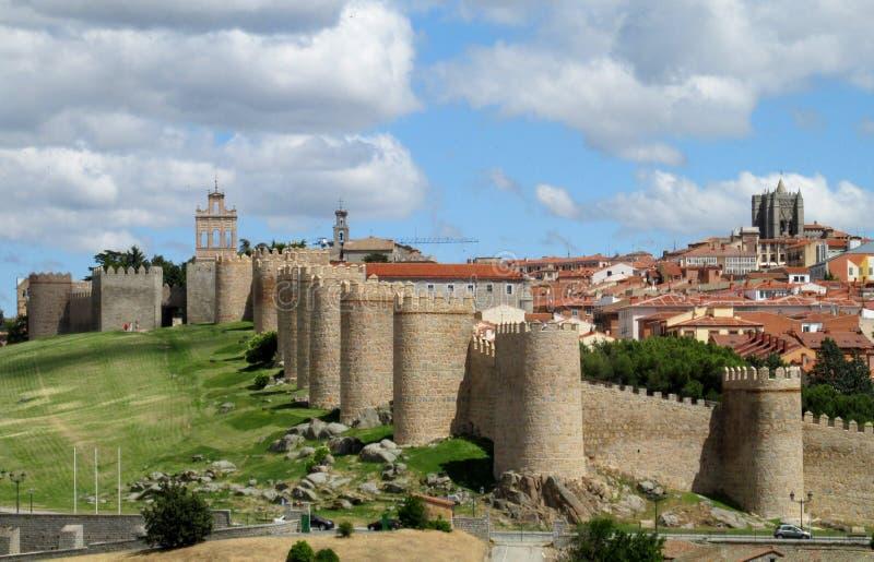 Mur, tour et bastion d'Avila, Espagne, faite de briques en pierre jaunes photos libres de droits