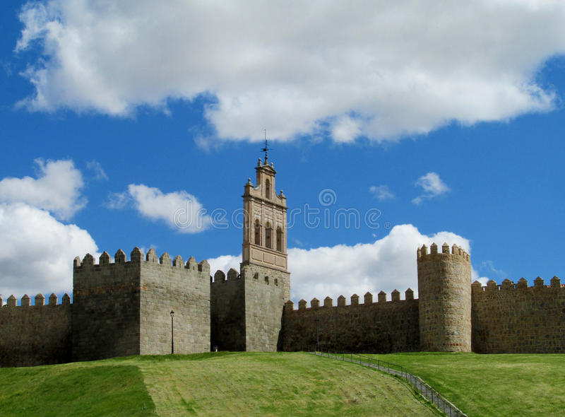 Mur, tour et bastion d'Avila, Espagne, faite de briques en pierre jaunes images stock