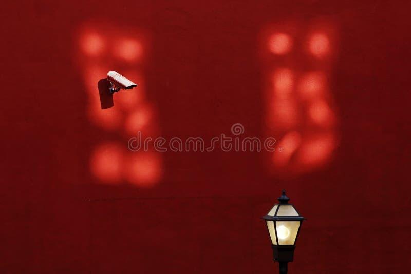 Mur urbain de rouge de réverbère d'appareil-photo d'allée images libres de droits