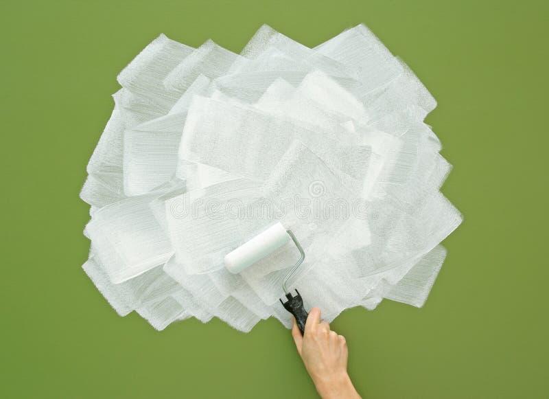 mur vert de peinture dans le blanc avec le rouleau de. Black Bedroom Furniture Sets. Home Design Ideas