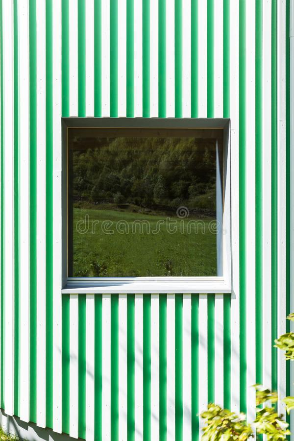 Mur vert et blanc de rayures, style moderne photos stock