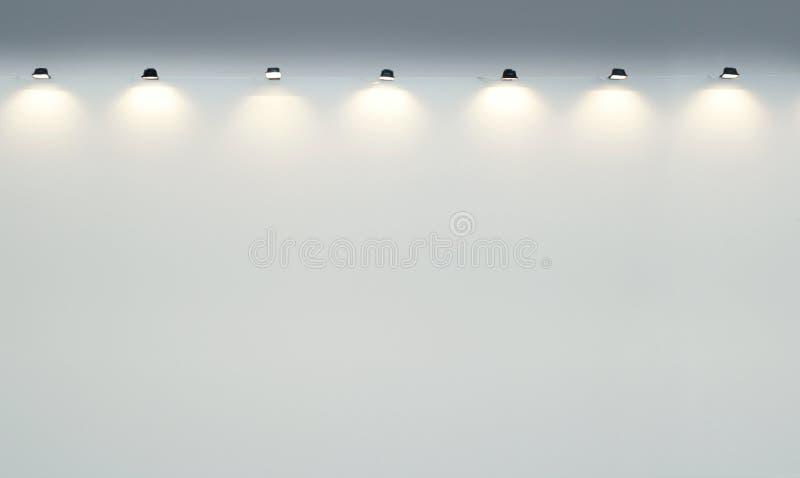 Mur vide de galerie avec des projecteurs photos stock