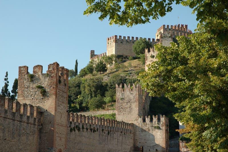 Mur zamkowy Soave we włoskim mieście Hilltown zdjęcia stock