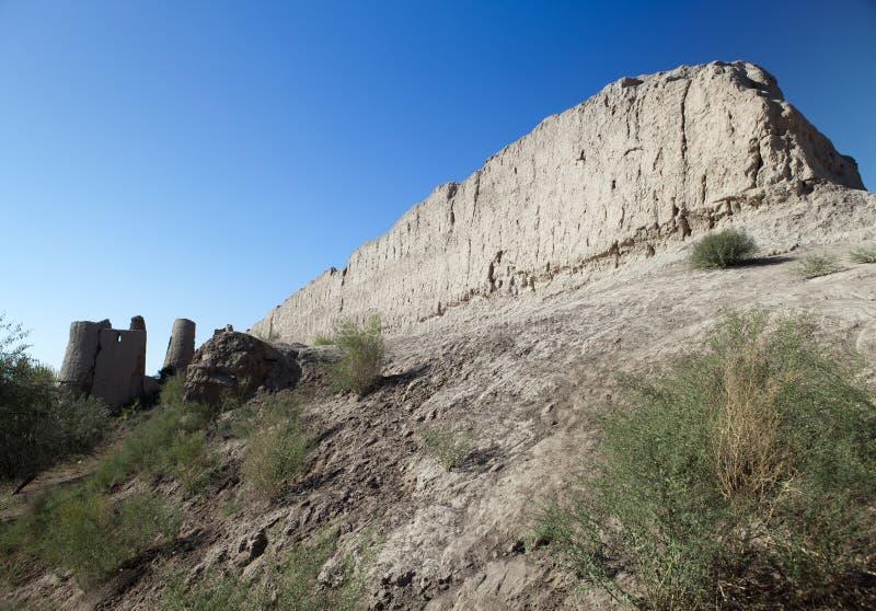 Muraglia dell'antica fortezza di Khorezm nel deserto di Kyzylkum, Uzbekistan fotografie stock libere da diritti
