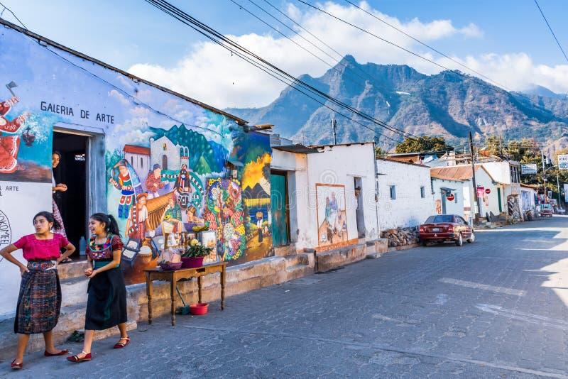Mural de la calle con el parque nacional de la nariz india detrás, San Juan la Laguna, lago Atitlan, Guatemala foto de archivo libre de regalías