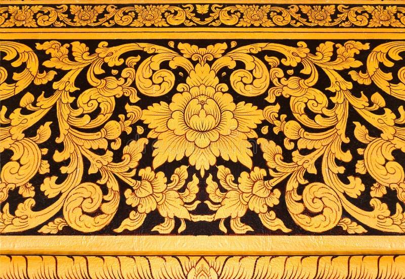 Mural tailandés en la pintura del oro de Tailandia del templo en fondo negro fotografía de archivo libre de regalías