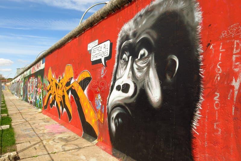 Murale dei graffiti di arte della via della gorilla di Berlin Wall East Side Gallery immagini stock