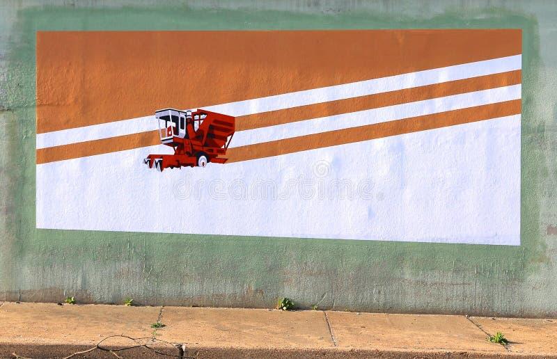 Murale internazionale del trattore della mietitrice su un sottopassaggio del ponte su James Rd a Memphis, Tn immagine stock