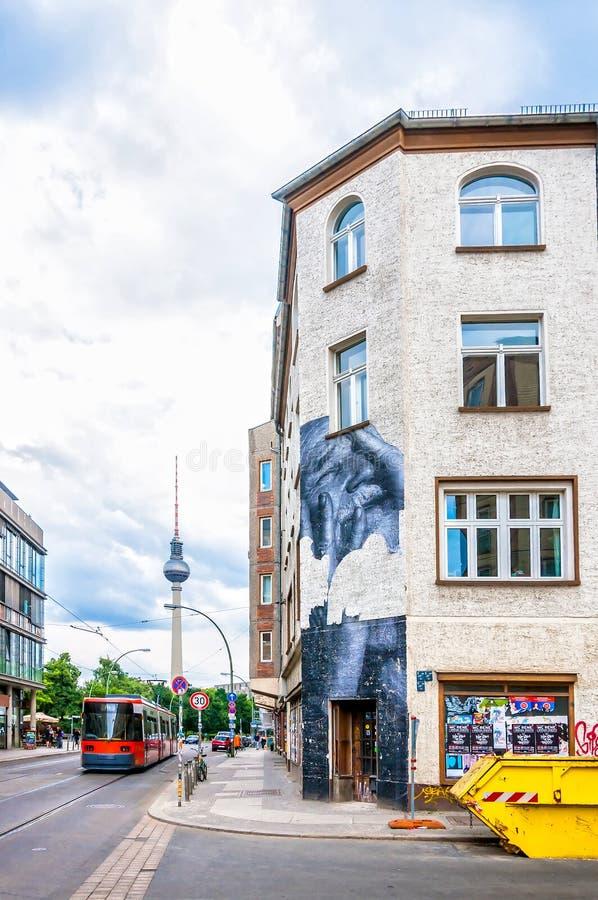Murale su costruzione nel distretto di Mitte - Berlino fotografia stock