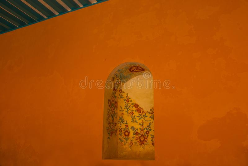 Murale sulla parete: fiori e sole del disegno Architettura gialla del coloniale e della chiesa in San Francisco de Campeche , Il  illustrazione vettoriale