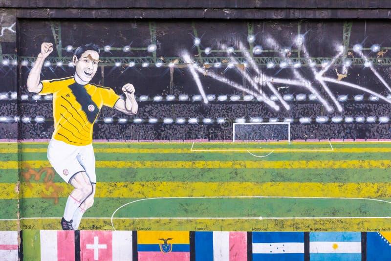 Murales de la ciudad de Colombia Bogotá que representan al futbolista en el estadio foto de archivo