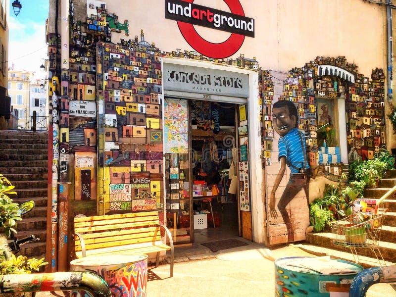 Murales fantásticos entre las calles estrechas de Marsella fotografía de archivo