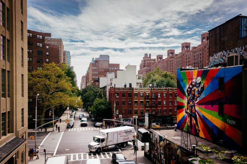Murales y edificios en la 25ta calle en Chelsea vista del Hig imagen de archivo