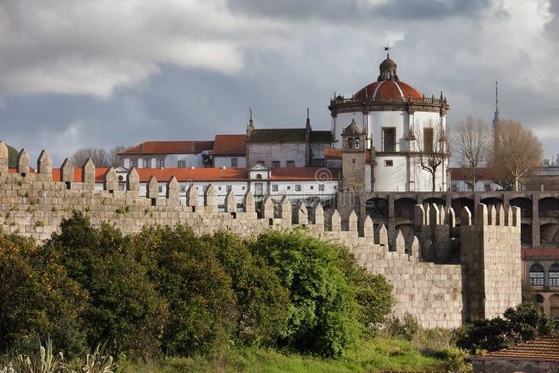 Muralhas Fernandinas et Serra font Pilar à Porto photo stock