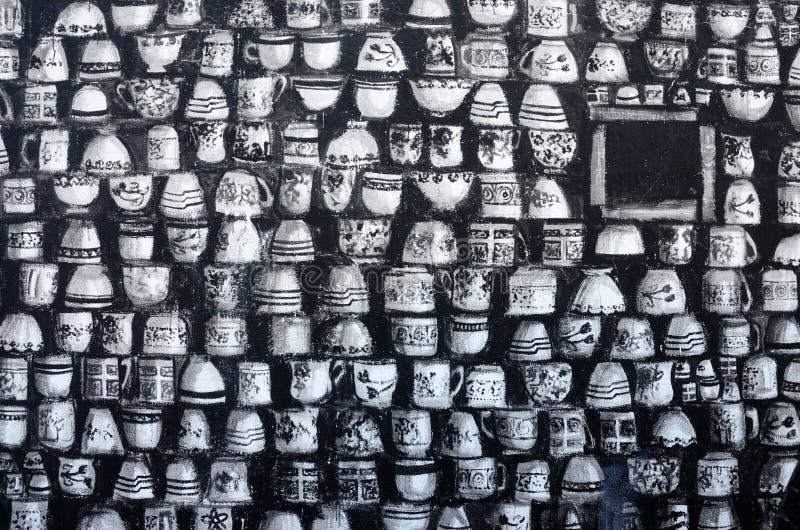 Murali di arte dei graffiti della via che descrivono le tazze in bianco e nero nel vecchio centro di Pafo, Cipro, Europa immagini stock